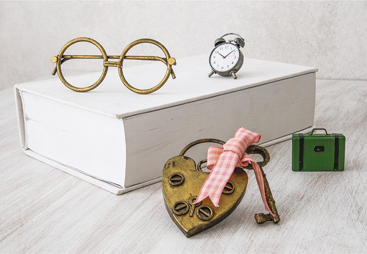 Γυαλιά, κλειδαριά, βαλίτσα και ξυπνητήρι