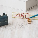 Σχολική τσάντα και πινακίδα ABC