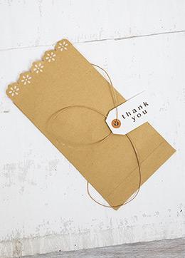 Φάκελος-craft-με-λευκά-λουλουδάκια-